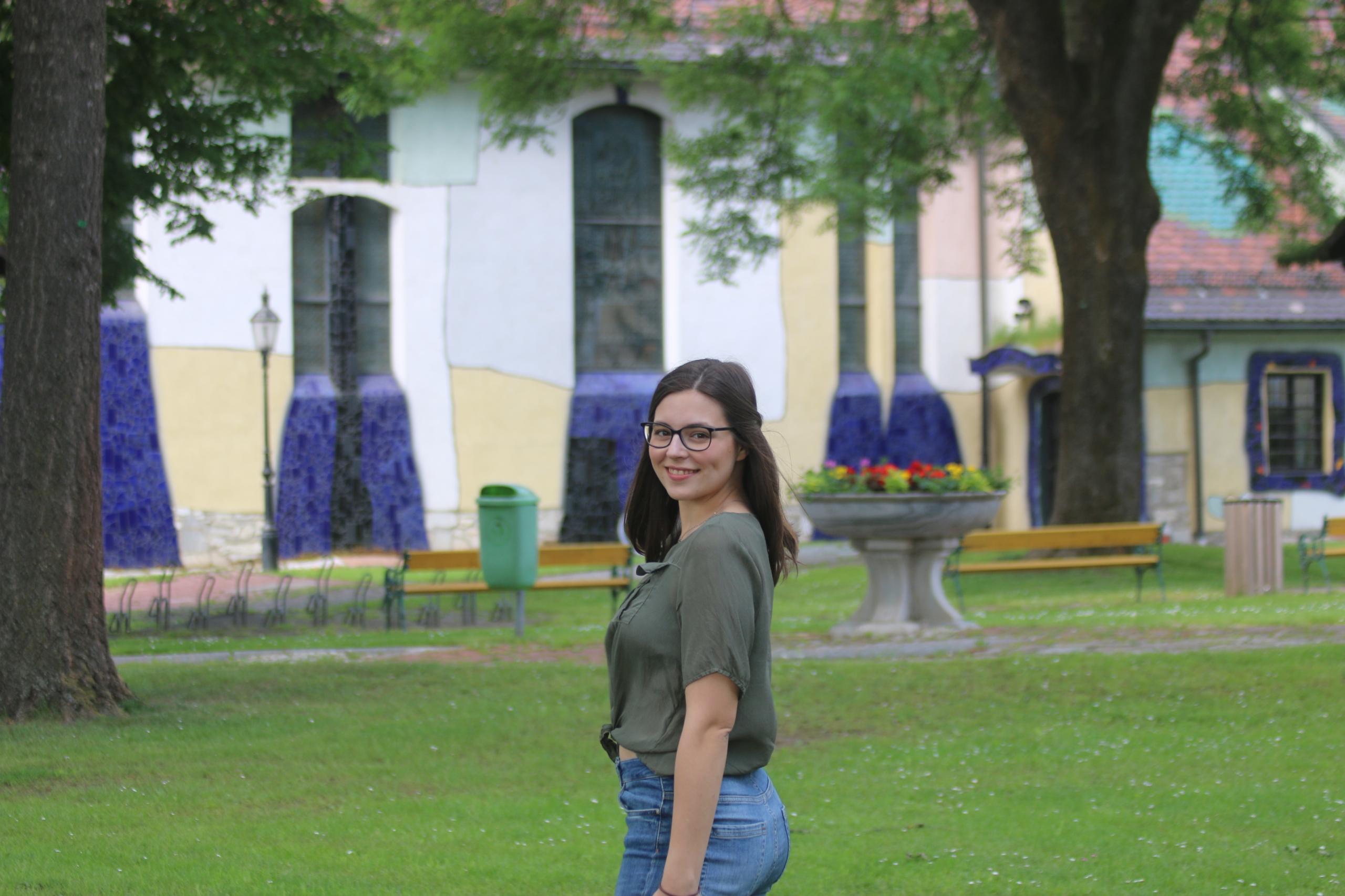 Rhoda vor der Hundertwasserkirche
